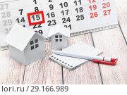 Купить «Домики, ручка, блокнот и календарь с отметкой на дате. Деловой натюрморт», фото № 29166989, снято 13 сентября 2018 г. (c) Наталья Осипова / Фотобанк Лори