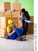 Купить «Woman boss and man contractor working with boxes delivery», фото № 29171937, снято 4 июня 2018 г. (c) Elnur / Фотобанк Лори