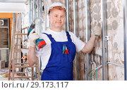 Купить «Construction worker using screw gun for aluminum profile mounting at indoors building site», фото № 29173117, снято 28 мая 2018 г. (c) Яков Филимонов / Фотобанк Лори