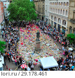Купить «Crowds gathered in Manchester,St Ann square. the public have been gathering in the city centre sq all day to lay flowers and balloons to remember all the...», фото № 29178461, снято 27 мая 2017 г. (c) age Fotostock / Фотобанк Лори