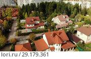 Купить «top view of a beautiful cottage village in autumn», видеоролик № 29179361, снято 16 июня 2019 г. (c) Володина Ольга / Фотобанк Лори