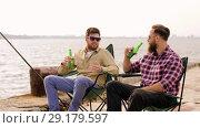Купить «happy friends fishing and drinking beer on pier», видеоролик № 29179597, снято 28 сентября 2018 г. (c) Syda Productions / Фотобанк Лори