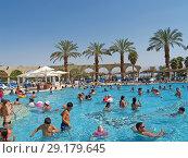 Купить «Люди купаются в бассейне с пресной водой на берегу Мертвого моря. Израиль.», фото № 29179645, снято 7 октября 2012 г. (c) Ирина Борсученко / Фотобанк Лори