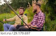 Купить «happy friends fishing and drinking beer on lake», видеоролик № 29179697, снято 28 сентября 2018 г. (c) Syda Productions / Фотобанк Лори