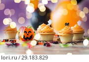 Купить «halloween party decorated cupcakes on wooden table», фото № 29183829, снято 6 июля 2017 г. (c) Syda Productions / Фотобанк Лори