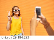 Купить «teenage girl photographing friend by smartphone», фото № 29184293, снято 19 июля 2018 г. (c) Syda Productions / Фотобанк Лори