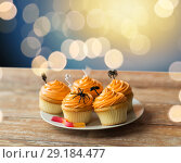 Купить «halloween party decorated cupcakes on plate», фото № 29184477, снято 6 июля 2017 г. (c) Syda Productions / Фотобанк Лори