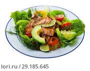 Купить «Salad with grilled trout, avocado, tomatoes, lettuce, lemon», фото № 29185645, снято 22 марта 2019 г. (c) Яков Филимонов / Фотобанк Лори
