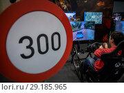 Купить «Молодой парень играет в гоночную игру Forza Horizon 4 на выставке Игромир в выставочном центре Крокус Сити города Москвы, Россия», фото № 29185965, снято 4 октября 2018 г. (c) Николай Винокуров / Фотобанк Лори