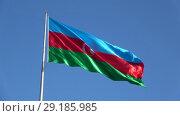 Купить «Государственный флаг Азербайджанской Республики крупным планом на фоне голубого неба», видеоролик № 29185985, снято 29 декабря 2017 г. (c) Виктор Карасев / Фотобанк Лори