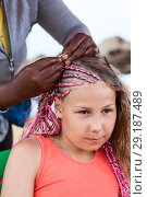 Купить «Процесс заплетания кос в африканском стиле, с розовыми веревочками», фото № 29187489, снято 19 июля 2018 г. (c) Кекяляйнен Андрей / Фотобанк Лори