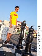 Купить «Подросток думает над следующим ходом во время игры в уличные шахматы», фото № 29187521, снято 26 июля 2018 г. (c) Кекяляйнен Андрей / Фотобанк Лори