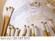 Купить «Вологодское мерное кружево, нитки лён, плетение на коклюшках из жимолости», фото № 29187973, снято 8 октября 2018 г. (c) Наталия Кузнецова / Фотобанк Лори
