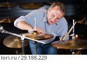 Купить «customer is choosing modern drum kit», фото № 29188229, снято 18 сентября 2017 г. (c) Яков Филимонов / Фотобанк Лори