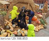 Осень на Манежной (2018 год). Редакционное фото, фотограф Борис Плеханов / Фотобанк Лори