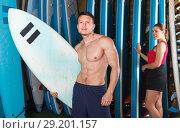 Купить «Adult guy surfer posing with surfboard», фото № 29201157, снято 30 апреля 2018 г. (c) Яков Филимонов / Фотобанк Лори