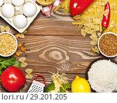 Купить «Набор натуральных продуктов с полуфабрикатами лежат кругом на деревянном столе», фото № 29201205, снято 9 октября 2018 г. (c) Элина Гаревская / Фотобанк Лори