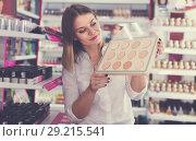 Купить «Attractive young female looking for powder», фото № 29215541, снято 31 января 2018 г. (c) Яков Филимонов / Фотобанк Лори