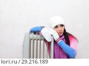 Купить «Девушка греется возле радиатора», фото № 29216189, снято 23 ноября 2014 г. (c) Арестов Андрей Павлович / Фотобанк Лори
