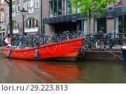 Купить «Вид на набережную канала в центре города, Амстердам, Нидерланды», фото № 29223813, снято 6 сентября 2018 г. (c) Ольга Коцюба / Фотобанк Лори