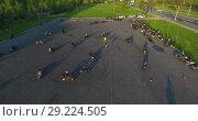 Купить «Мотоциклисты тренируются на автомобильно парковке, вид с квадрокоптера», видеоролик № 29224505, снято 30 мая 2018 г. (c) Кекяляйнен Андрей / Фотобанк Лори