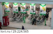 Купить «Покупатели на выходе через кассы. Магазин Prisma в Хельсинки. Финляндия», видеоролик № 29224565, снято 30 мая 2018 г. (c) Кекяляйнен Андрей / Фотобанк Лори