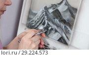 Купить «Художник рисует горы аэрографом», видеоролик № 29224573, снято 4 марта 2018 г. (c) Кекяляйнен Андрей / Фотобанк Лори