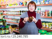 Купить «upset customer with wallet without money», фото № 29240785, снято 15 декабря 2017 г. (c) Яков Филимонов / Фотобанк Лори