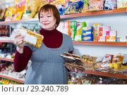 Купить «buyer holding honey and nut bar in packaging», фото № 29240789, снято 15 декабря 2017 г. (c) Яков Филимонов / Фотобанк Лори