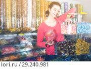 Купить «American girl in store is picking up candies», фото № 29240981, снято 22 марта 2017 г. (c) Яков Филимонов / Фотобанк Лори