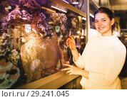 Купить «Girl shows an aquarium with sea tropical fish», фото № 29241045, снято 17 февраля 2017 г. (c) Яков Филимонов / Фотобанк Лори