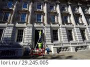 Купить «Workmen working on a government building in Whitehall, Westminster, London, England, UK.», фото № 29245005, снято 21 сентября 2018 г. (c) age Fotostock / Фотобанк Лори