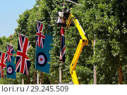 Купить «Workmen hangs the Armed Forces and Union Jack flags on The Mall in preparations of Armed Forces Day Saturday 30 June. On Armed Forces Day those who have...», фото № 29245509, снято 27 июня 2018 г. (c) age Fotostock / Фотобанк Лори