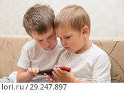 Купить «Two boys with smartphone», фото № 29247897, снято 29 августа 2018 г. (c) Юлия Бабкина / Фотобанк Лори