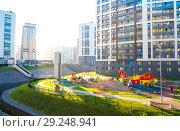 Детская площадка в новом спальном районе Мурино (2018 год). Стоковое фото, фотограф Евгений Иванов / Фотобанк Лори