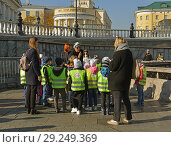Купить «Schoolchildren on excursion. Children group listen to guide in Alexander Garden. Москва», фото № 29249369, снято 15 октября 2018 г. (c) Валерия Попова / Фотобанк Лори