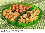 Купить «Менажница с разными орехами», фото № 29249393, снято 17 октября 2018 г. (c) Елена Коромыслова / Фотобанк Лори