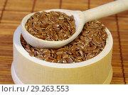 Купить «Семена льна в деревянной миске с ложкой крупным планом», фото № 29263553, снято 5 апреля 2018 г. (c) Елена Коромыслова / Фотобанк Лори