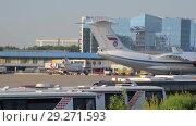 Купить «Soviet cargo plane IL-76 performs taxiing before takeoff», видеоролик № 29271593, снято 1 августа 2018 г. (c) Андрей Радченко / Фотобанк Лори