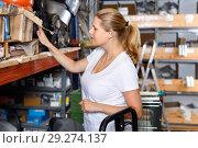 Купить «Young woman choosing construction materials at shelves in modern building shop», фото № 29274137, снято 20 сентября 2018 г. (c) Яков Филимонов / Фотобанк Лори
