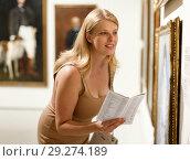 Купить «Woman with glasses visiting museum of arts», фото № 29274189, снято 22 сентября 2018 г. (c) Яков Филимонов / Фотобанк Лори