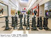 "Купить «Russia, Samara, May 2016: large outdoor chess in the modern new shopping center ""Ambar"", to attract and entertain customers.», фото № 29275605, снято 18 мая 2016 г. (c) Акиньшин Владимир / Фотобанк Лори"