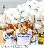 Купить «Russia, Samara, April 2016: young volunteers are preparing inflatable balls for the holiday of cosmonautics on a spring sunny day. Text in Russian: Samara youth house, volunteer, let's go.», фото № 29275705, снято 12 апреля 2016 г. (c) Акиньшин Владимир / Фотобанк Лори