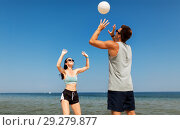 happy couple playing volleyball on summer beach. Стоковое фото, фотограф Syda Productions / Фотобанк Лори