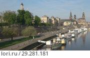Купить «Вид на историческую набережную реки Эльбы солнечным апрельским утром. Дрезден, Германия», видеоролик № 29281181, снято 29 апреля 2018 г. (c) Виктор Карасев / Фотобанк Лори