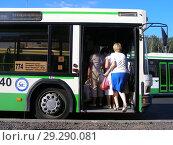 Купить «Посадка пассажиров в автобус № 774 на становке «Платформа Лианозово». Лианозовский проезд. Район Лианозово. Город Москва», эксклюзивное фото № 29290081, снято 23 июня 2015 г. (c) lana1501 / Фотобанк Лори