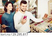 Купить «couple examining various paints in paint store», фото № 29295817, снято 9 марта 2017 г. (c) Яков Филимонов / Фотобанк Лори