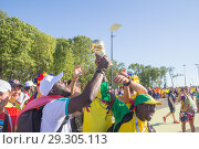 Купить «Russia, Samara, June 2018: football fans from Senegal and Colombia are struggling with each other before the match at the World Championships.», фото № 29305113, снято 28 июня 2018 г. (c) Акиньшин Владимир / Фотобанк Лори
