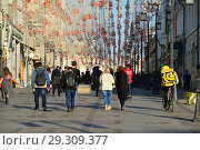 Купить «Многолюдно в Камергерском переулке. Город Москва. Россия», эксклюзивное фото № 29309377, снято 18 октября 2018 г. (c) lana1501 / Фотобанк Лори