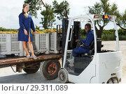 Купить «Engineers checking delivered grapes harvest», фото № 29311089, снято 12 сентября 2018 г. (c) Яков Филимонов / Фотобанк Лори